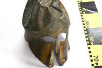 Coif antic recuperat de polițiști în urma unor percheziții domiciliare