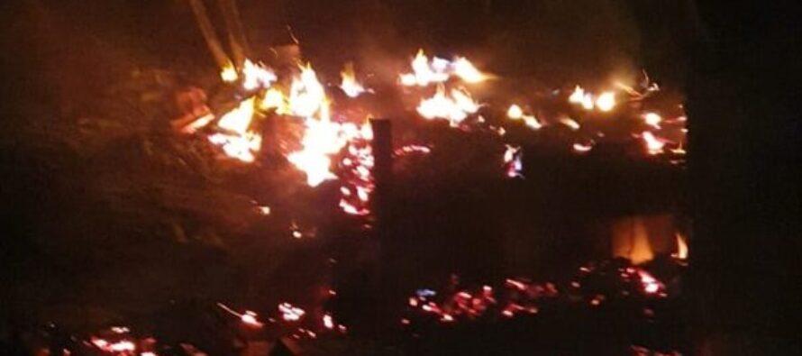 Incendiu puternic la un adăpost de animale din Gherăiești, au ars două tone de cereale și zeci de păsări