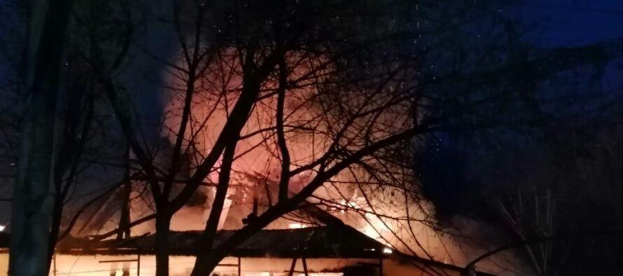 O locuință și două anexe au ars în localitatea Cordun