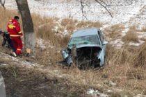 Un autoturism a ieșit de pe carosabil și s-a oprit într-un șanț, două persoane au rămas încarcerate