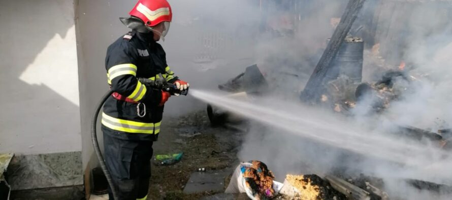 O bucătărie de vară și o magazie au ars într-o gospodărie din comuna Hangu