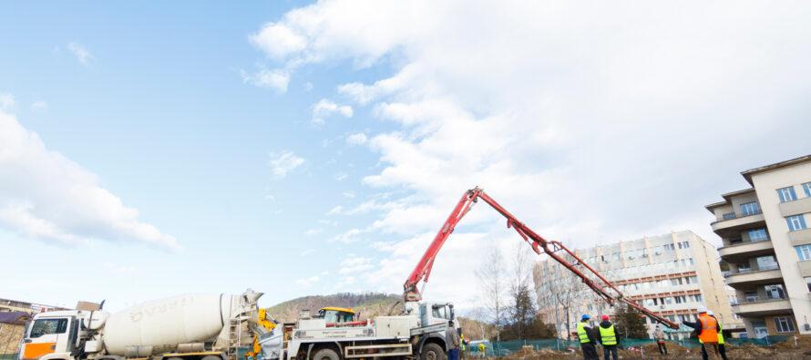 Exemplu de eficiență: astăzi s-a turnat fundația Spitalului Modular ATI din Piatra Neamț