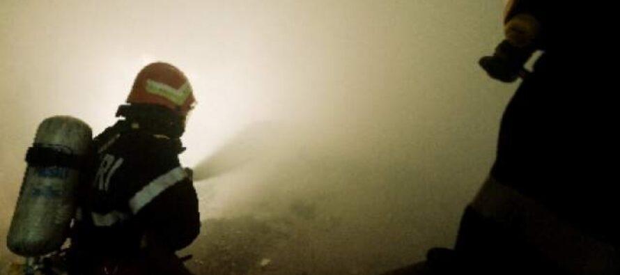 Incendiu puternic la un bloc din Bicaz provocat de o lumânare aprinsă