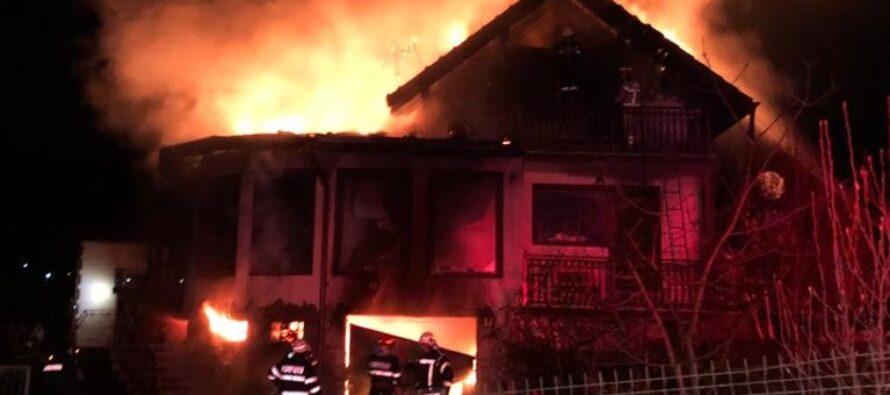 O locuință și un garaj au luat foc noaptea trecută în orașul Bicaz