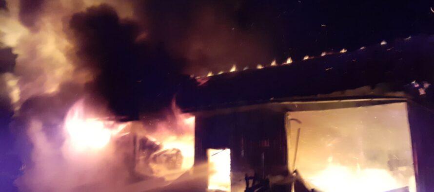 Un service auto din Agapia și două autoturisme au ars în urma unui incendiu