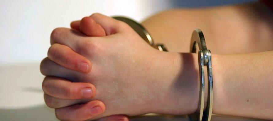 O fată de 18 și un puști de 14 ani au tâlhărit un bătrân din Tg. Neamț