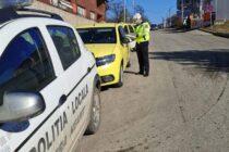 Taximetriștii verificați de polițiștii locali pietreni. 10 amenzi aplicate și o autorizație retrasă.