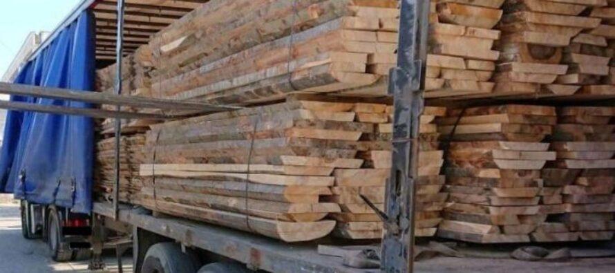 Transport ilegal de lemne oprit de polițiști în Bicaz