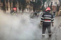 Un autoturism a fost mistuit de flăcări în municipiul Roman
