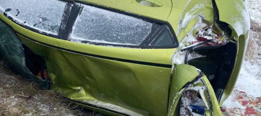 Un autoturism cu 2 pasageri s-a răsturnat într-un șanț în comuna Valea Ursului