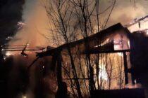 Un bătrân de 77 de ani, din Poiana Teiului, și-a pierdut viața într-un incendiu