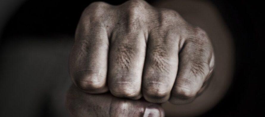 Un bătrân de 75 ani și-a bătut crunt fosta soție