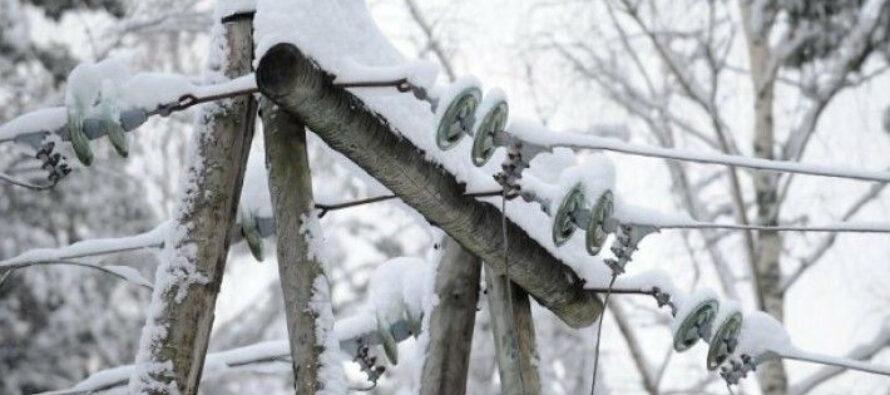 Sute de familii din Neamț au rămas fără energie electrică din cauza ninsorilor și a vântului