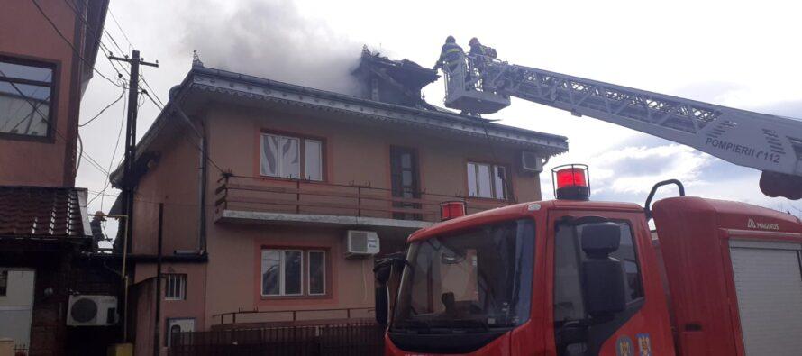 Acoperișul unei locuințe din Roman a ars din cauza unui scurtcircuit