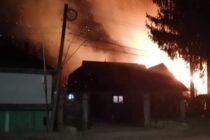 4 ore s-au străduit pompierii să stingă focul care a cuprins o locuință din Roznov
