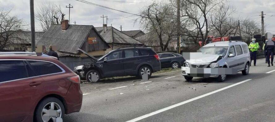 Accident rutier cu 5 autoturisme implicate la Nisiporești. 3 persoane au fost rănite.