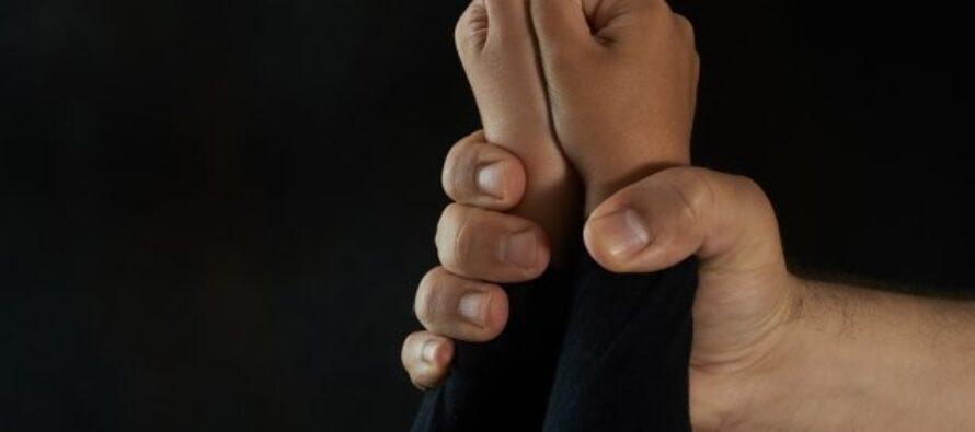 Un bărbat a trimis doi copii la cerșit, după care i-a violat