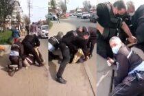 5 polițiști locali s-au chinuit să încătușeze un cetățean care nu purta mască