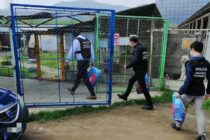 Polițiștii au dus hrană cățeilor de la adăpostul din Piatra Neamț