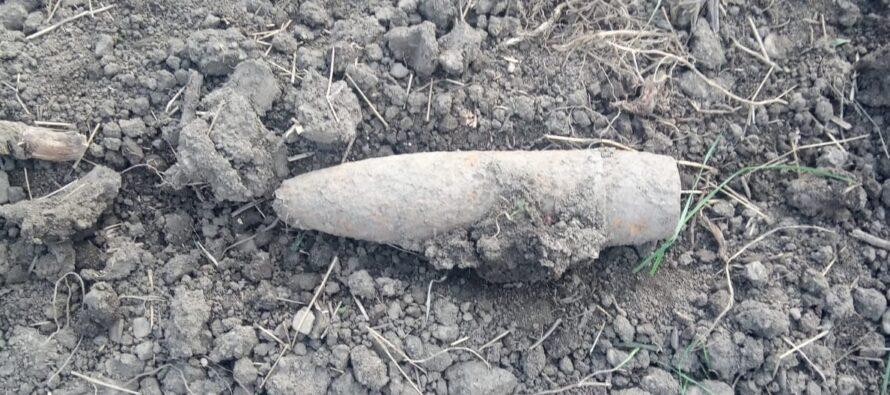 Un bărbat din Girov a descoperit un proiectil în timpul unor lucrări agricole