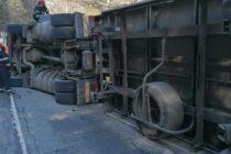 Un TIR s-a răsturnat pe raza comunei Pipirig, șoferul a fost rănit