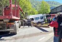 Detalii despre accidentul de la Tarcău. TIR-ul transporta un utilaj care a acroșat podul feroviar.