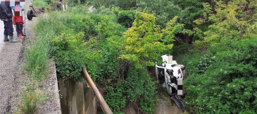 Accident rutier la Bahna. Un autoturism s-a răsturnat într-o râpă de 4 metri.