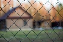 O bătrână de 76 de ani a rămas cu mâna blocată într-un gard de sârmă