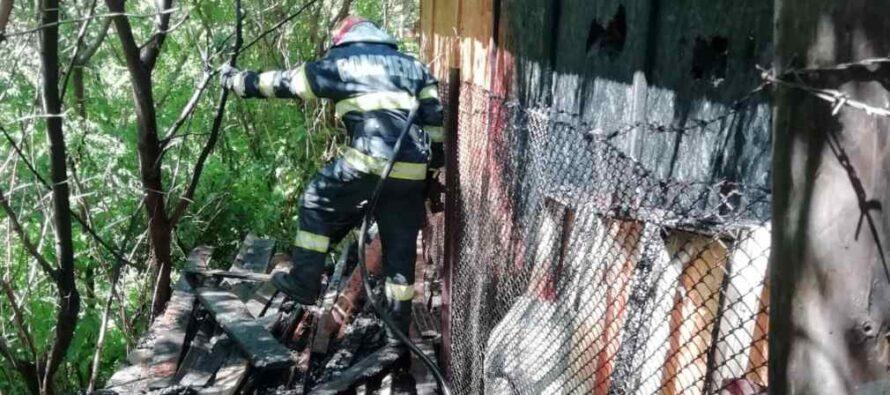 Un pompier aflat în timpul liber a intervenit pentru stingerea unui incendiu din curtea Bisericii de la 1 Mai