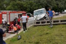 Un microbuz cu 3 persoane s-a izbit de un stâlp de electricitate în comuna Petricani