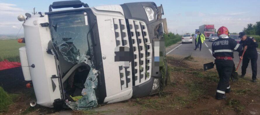 O autobasculantă cu asfalt s-a răsturnat pe raza comunei Botești