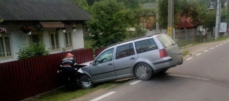Două autoturisme au ajuns într-un gard în urma unui accident