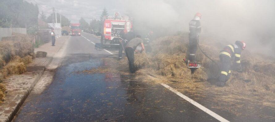 O remorcă plină cu baloți de fân a luat foc la Vânători Neamț