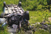 O femeie de 26 de ani s-a răsturnat într-o râpă cu un autoturism radiat din circulație