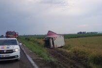 Un TIR încărcat cu materiale de construcții s-a răsturnat într-un șanț în comuna Horia
