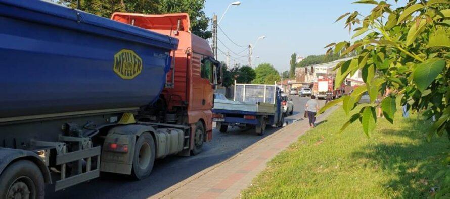 Accident rutier între un camion și o autoutilitară în municipiul Roman