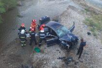 Un autoturism cu 3 persoane a plonjat de pe un pod în râul Cracău
