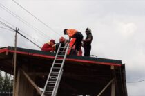 Un bărbat a murit electrocutat pe acoperișul casei, în comuna Farcașa