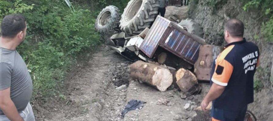 Un bărbat și-a pierdut viața după ce s-a răsturnat cu tractorul