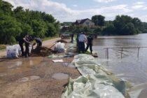 Un dig de la un iaz din comuna Bârgăoani s-a rupt, mai multe gospodării riscă să fie luate de ape