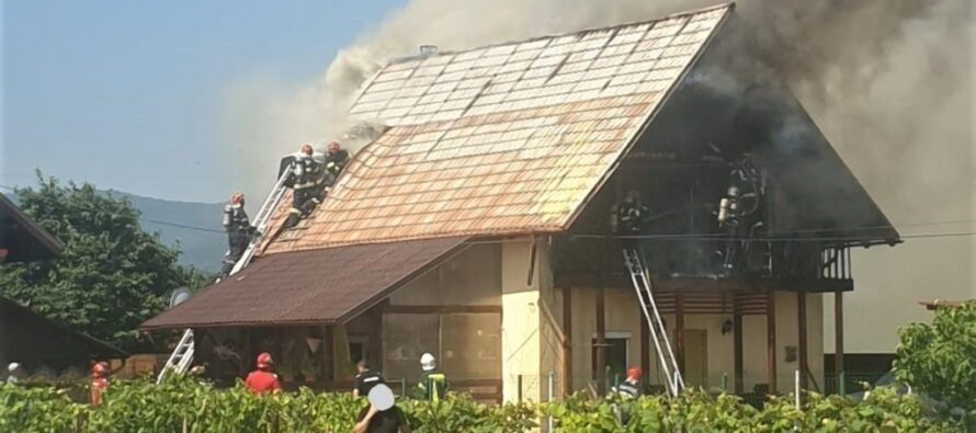 Incendiu puternic la o casă din Dumbrava Roșie provocat de un scurtcircuit