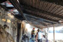 Incendiu la o locuință din Podoleni, un bărbat a suferit arsuri la o mână