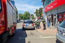 Un copil de 2 ani a rămas blocat în mașină pe o stradă din Piatra Neamț