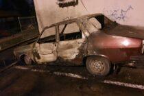 Autoturism incendiat intenționat pe strada Mihai Viteazu din Piatra Neamț