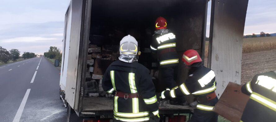 Un acumulator aflat într-un colet a provocat un incendiu într-o autoutilitară