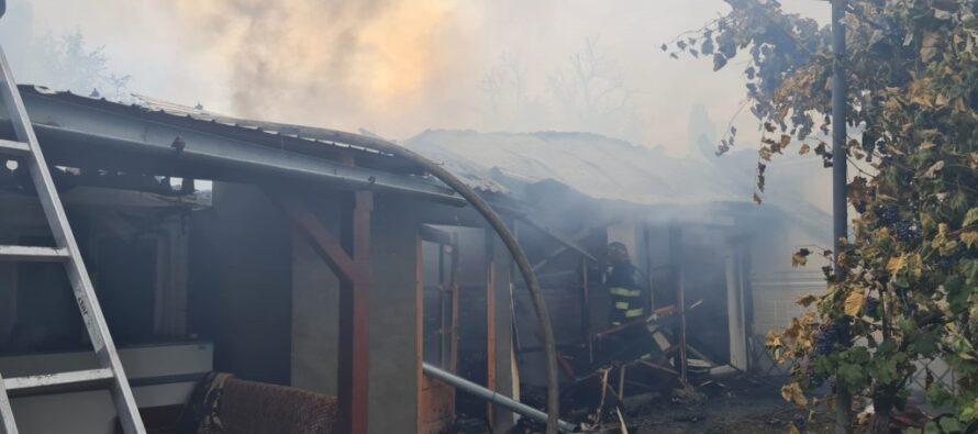 Intervenție grea a pompierilor la un incendiu în Piatra Șoimului