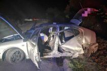 Un autoturism cu 4 persoane s-a izbit de un cap de pod