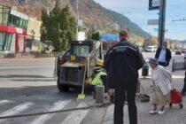 Constructorul care realizează săpături prin oraș amendat de poliția locală