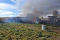 O locuință și un depozit de furaje au ars din cauza unor copii care s-au jucat cu focul
